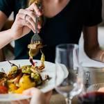 男性が女性を食事に誘う時の心理!状況別の心理を徹底解説!