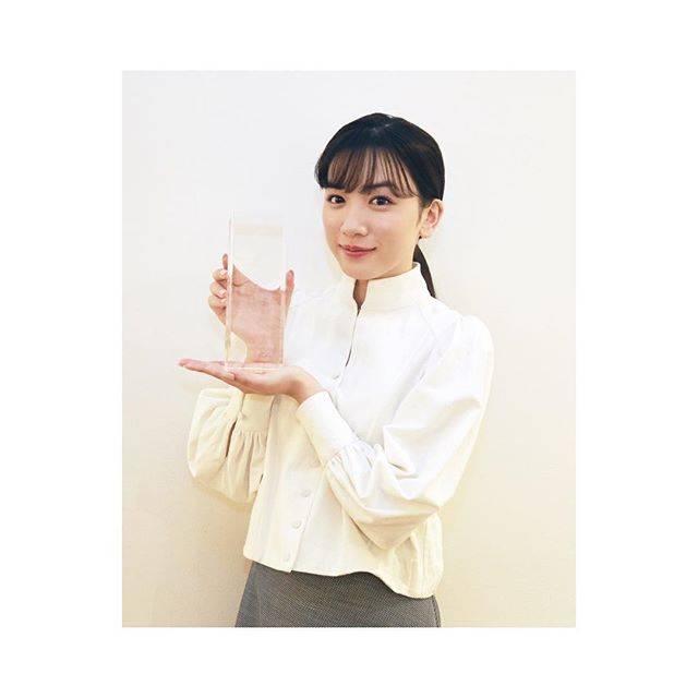 """永野芽郁 on Instagram: """"・コンフィデンスアワード主演女優賞「半分、青い。」で頂きました。なんてこと!笑 これからもずっと大事な作品。自分の心に頭に残り続ける作品。嬉しい。本当にありがとうございます☺︎"""" (625596)"""